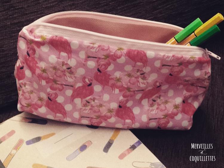 Petite trousse rose à pois et flamand rose avec des stylo dedans
