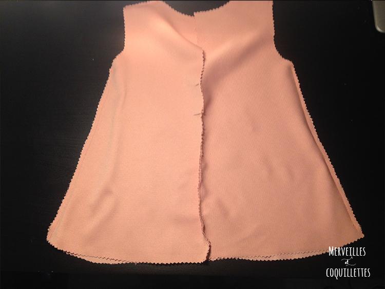 couture des côtés du tussi uni de la robe réversible